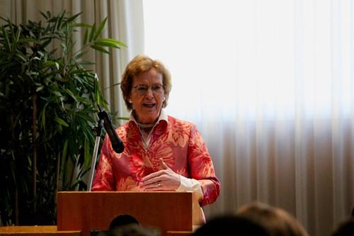 Mary Robinson s'exprimant lors du lancement du Centre pour le sport et les droits de l'homme