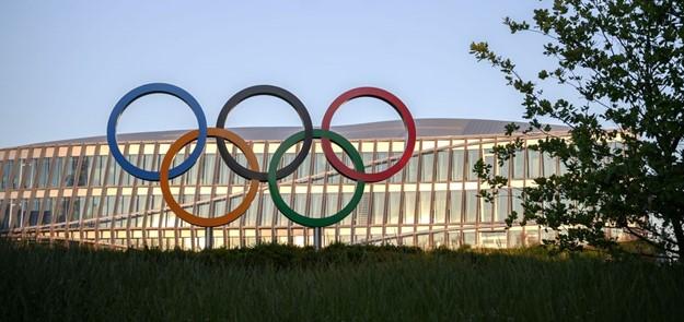Les anneaux olympiques sont vus devant le siège du Comité international olympique (CIO) au coucher du soleil à Lausanne (Photo de FABRICE COFFRINI / AFP via Getty Images)