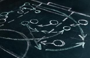 Gros plan image de craie blanche dessin d'un plan de match sur un tableau de craie.