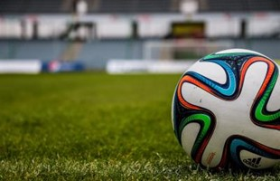Football sur le terrain du terrain de football en herbe vide.
