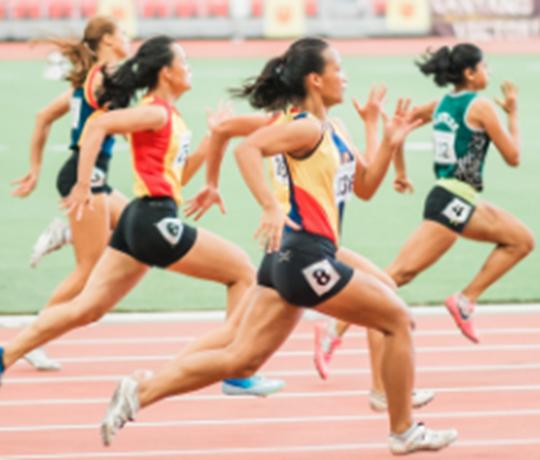 Athlètes féminines en cours d'exécution sur une piste de sport