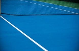 Imagen del terreno de la cancha de tenis vacía.