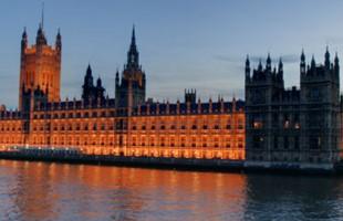 Una imagen de gran angular de Westminster, las Casas del Parlamento y el Big Ben de Londres, capturada desde el puente, incluido el río Támesis.