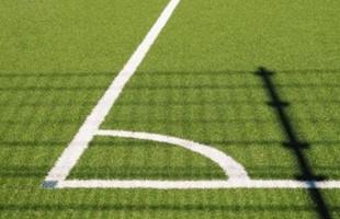 Esquina del campo de fútbol de hierba.