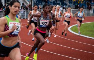 Athlètes féminines en compétition sur piste de course