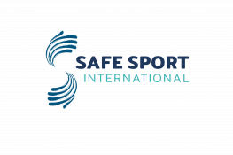 Le logo Safe Sport International - le texte bleu «Safe Sport International» à côté d'arcs bleus tourbillonnants.