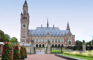 El Palacio de la Paz en La Haya: un edificio de 1900 en ladrillo rojo y blanco, con una torre de reloj alta y estrecha