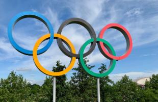 Sculpture d'anneaux olympiques