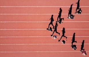 Vues à vol d'oiseau de l'athlète courant sur la piste, avec leurs silhouettes alignées sur le sol.