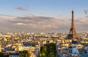 Una vista de París desde un punto de vista alto. La torre Eifel es el foco clave de la imagen en la distancia media.