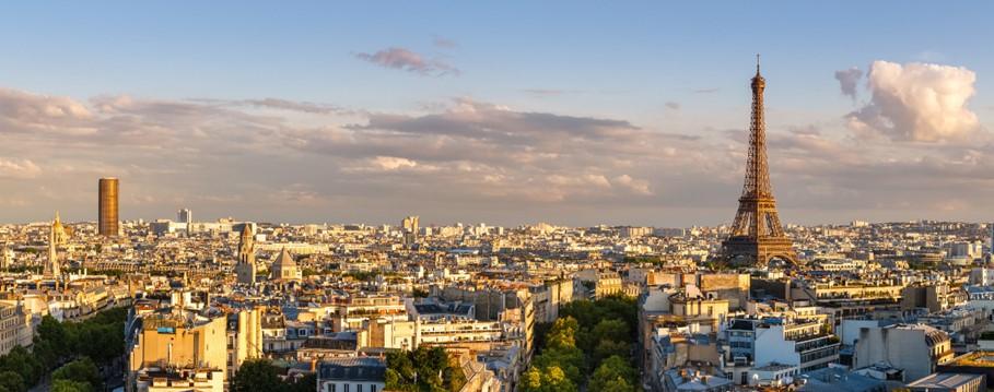 Une vue de Paris depuis un point de vue élevé. La tour Eifel est le point central de l'image à mi-distance.