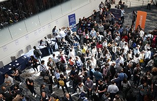 Vue d'ensemble de la salle de conférence pleine de monde à l'événement du Centre pour le sport et les droits de l'homme.