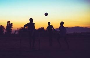 Fútbol al atardecer Adobestock 118601764 Miniatura 400 266 S C75
