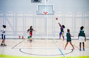 Niñas jugando en la cancha de baloncesto.