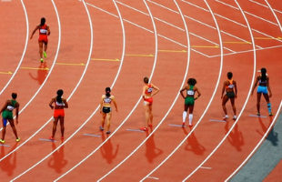 Athlètes féminines sur piste de course