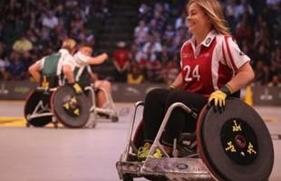 Athlètes en fauteuil roulant sur un court devant le stade bondé.